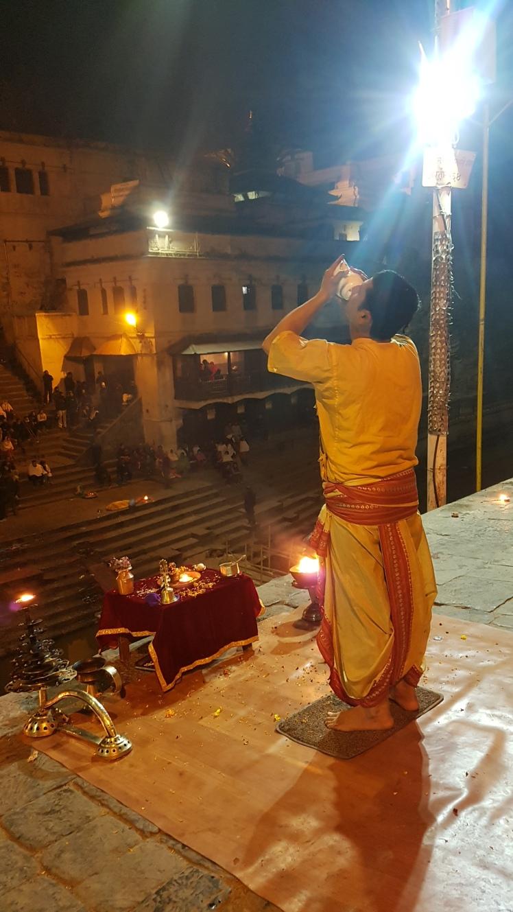 Priester bei Shiva Puja in Pashupatinath