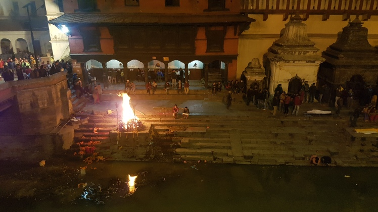 Leichenverbrennung am Ufer des Bagmati in Pashupatinath